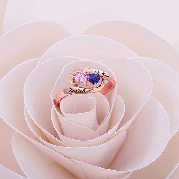 Anel de ouro rosa de comprometimento gravado com dois corações e pedra zodiacal